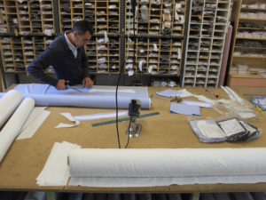 Arbeiter in italienische Maßhemdenmanufaktur